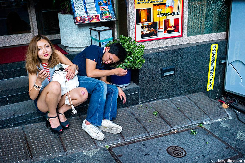 Shinjuku Kabukicho drinking couple