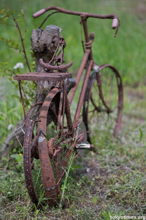 abandoned bike in Tokyo