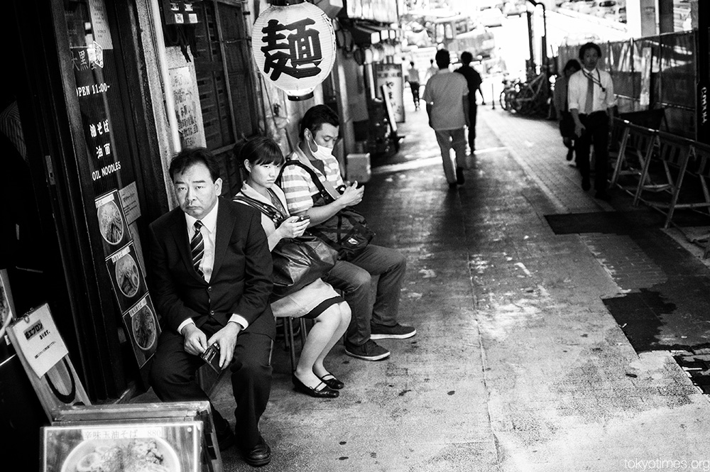 Tokyo lunch time wait looks