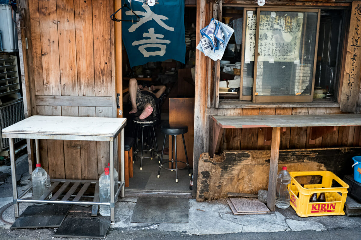 an old Tokyo bar and its owner before opening