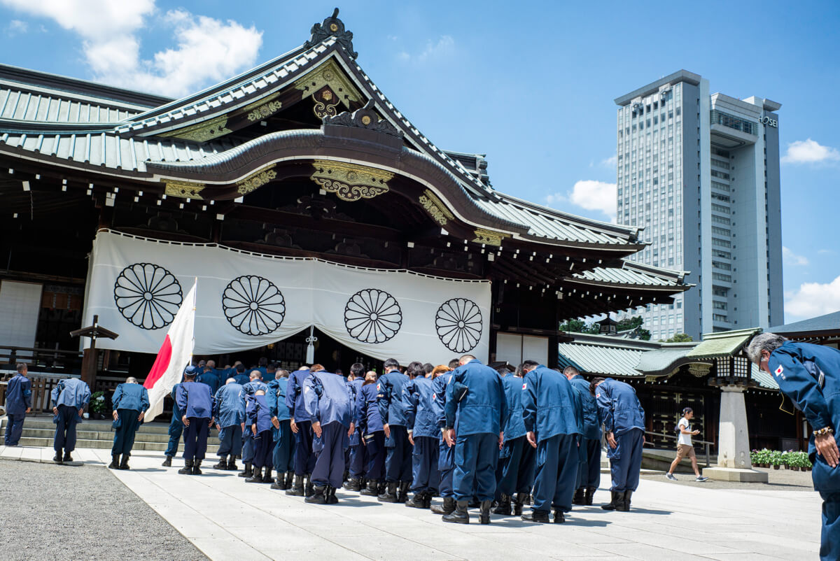 japanese-nationalists-praying-at-yasukuni-shrine