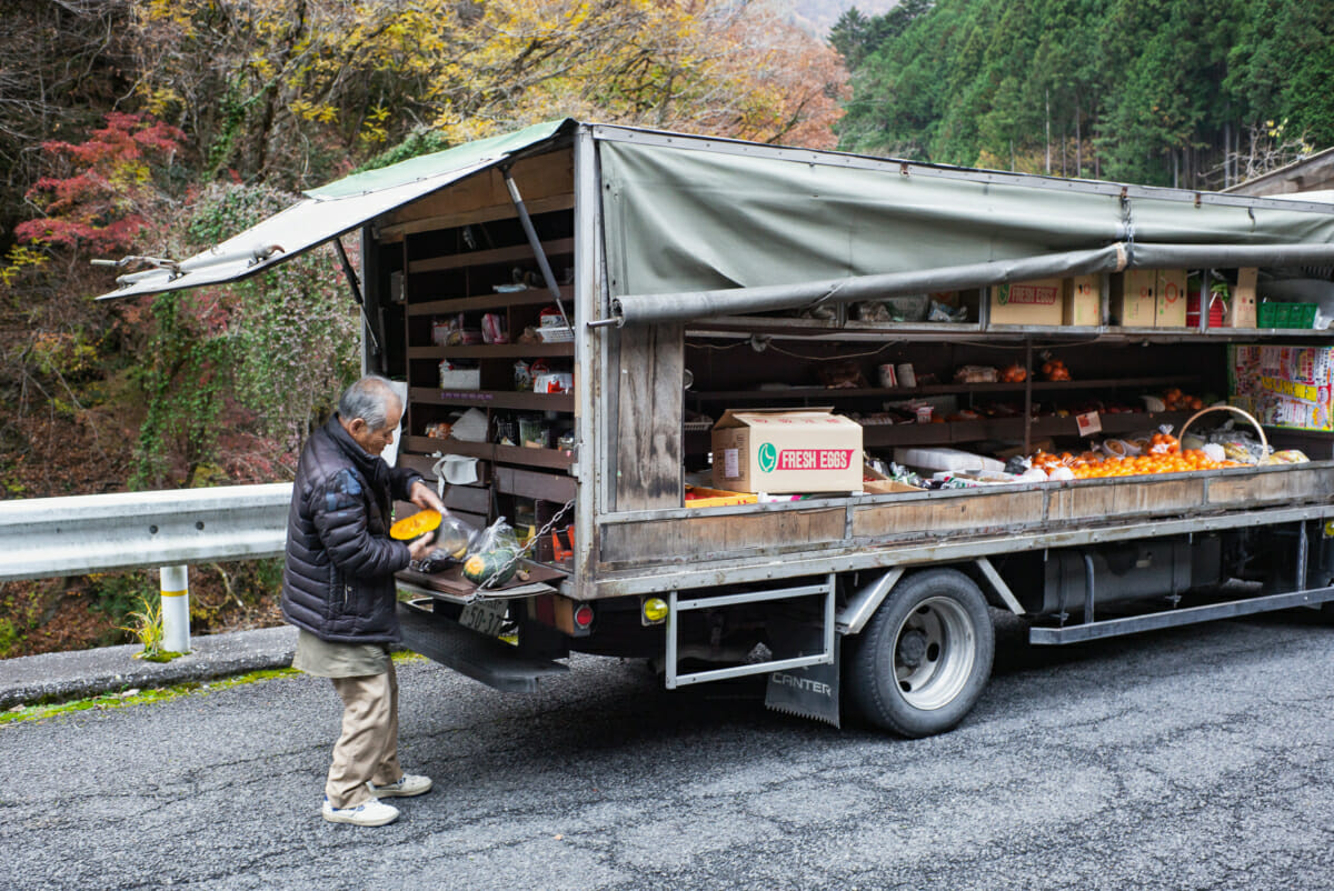 mobile shop serving customers in west Tokyo